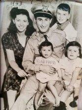Isadore Greenbaum z rodziną, rok 1943. Po wybuchu II wojny światowej zaciągnął się do amerykańskiej marynarki wojennej